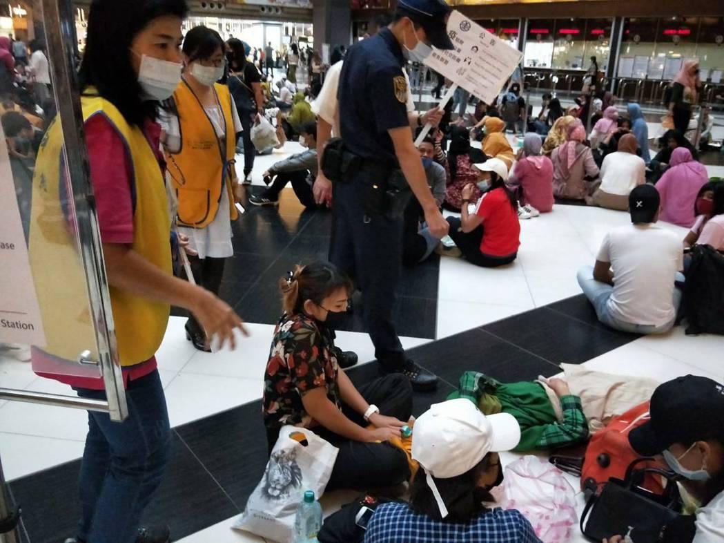 許多民眾在台北車站大廳群聚,台鐵柔性勸導。圖/台鐵提供