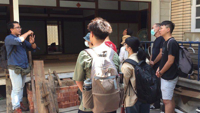探索社區文物如何保存與發掘,台南市六甲社區發展協會辦理「探討社區老東西與典藏工作坊」。圖/台南市六甲社區發展協會提供