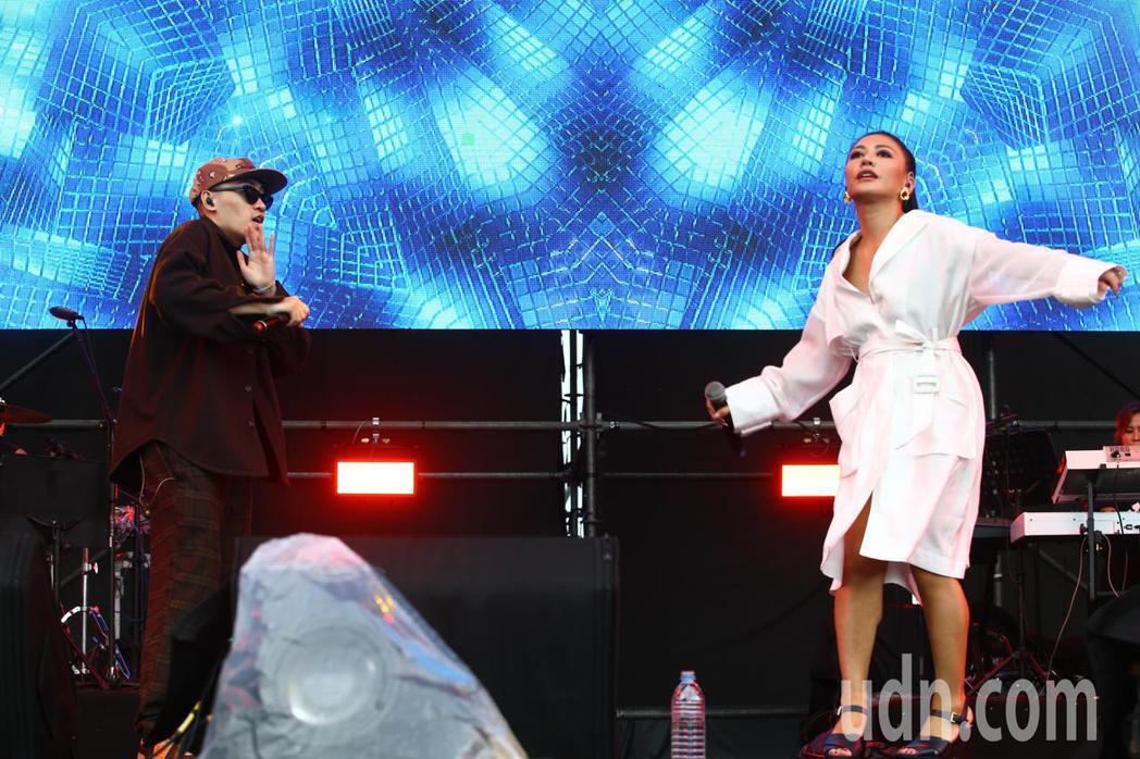 艾怡良(右)與BCW(左)下午在新北綠生活音樂節合體開唱,這是兩人首度合作登台演...