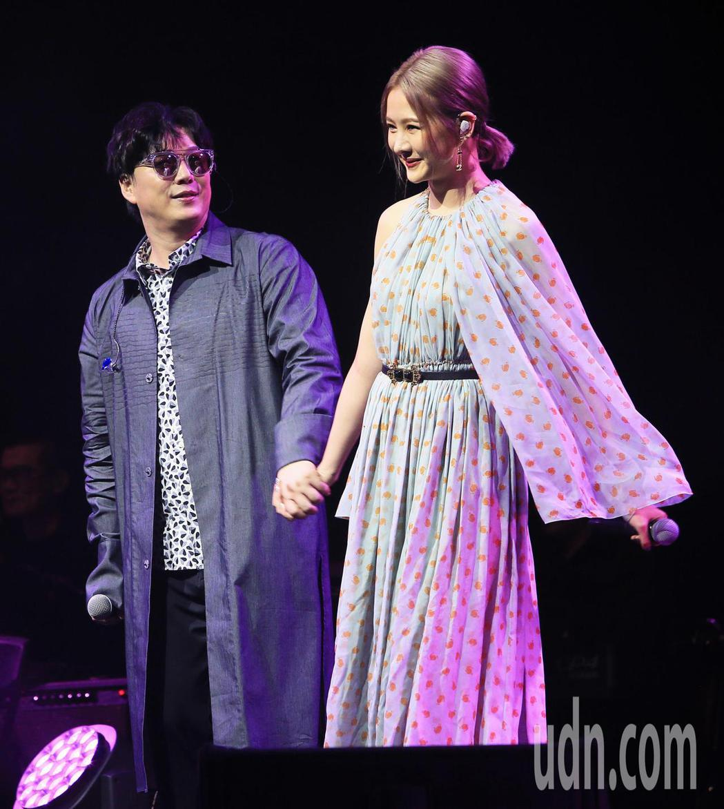 歌手蕭煌奇(左)今天舉辦公益慶生演唱會,安心亞擔任嘉賓。記者潘俊宏/攝影