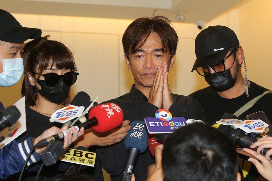 吳宗憲(右二)、KID(右)強忍悲痛受訪。記者季相儒/攝影