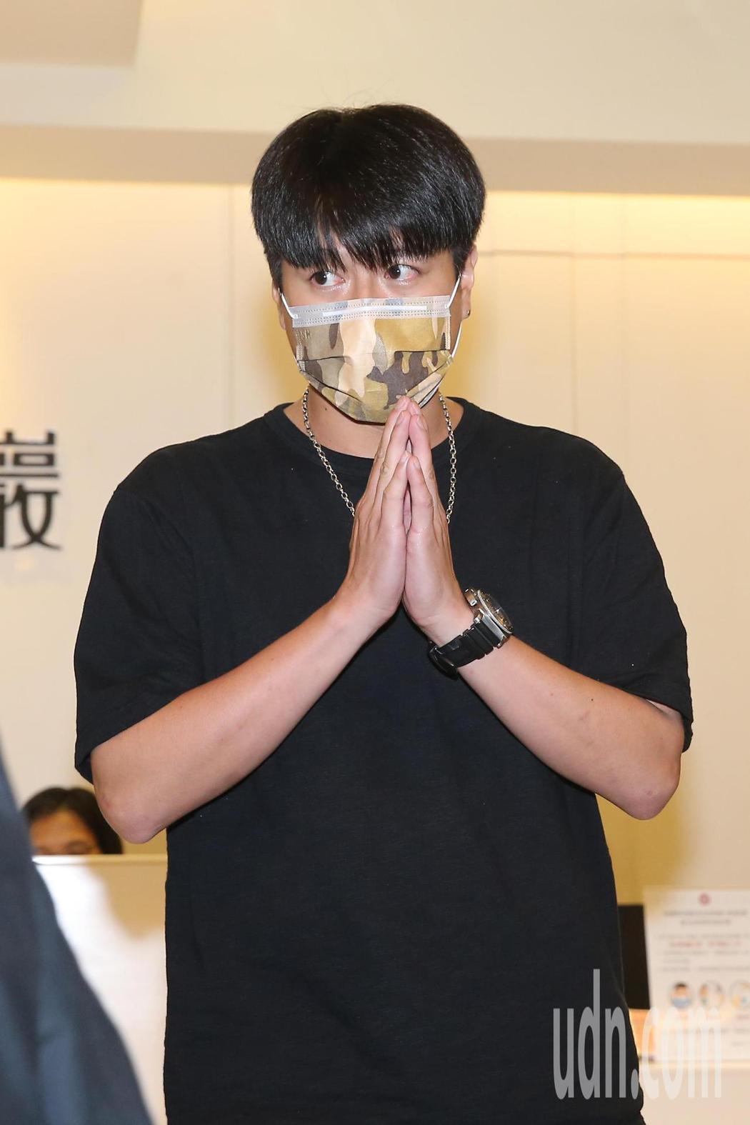 小鬼黃鴻升靈堂開放第二日,藝人李易(圖)抵達弔唁並於晚上六點多離開。記者季相儒/...