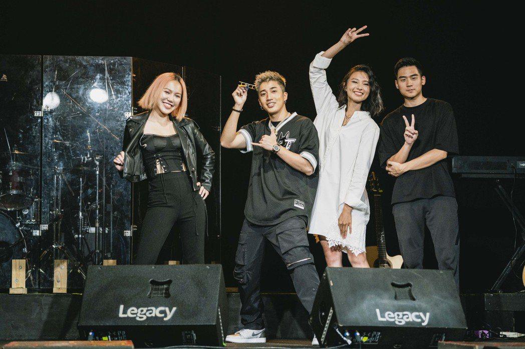 陳忻玥(右二)開唱,王艷薇(左起)、婁峻碩、李杰明現身力挺。圖/陶山音樂提供