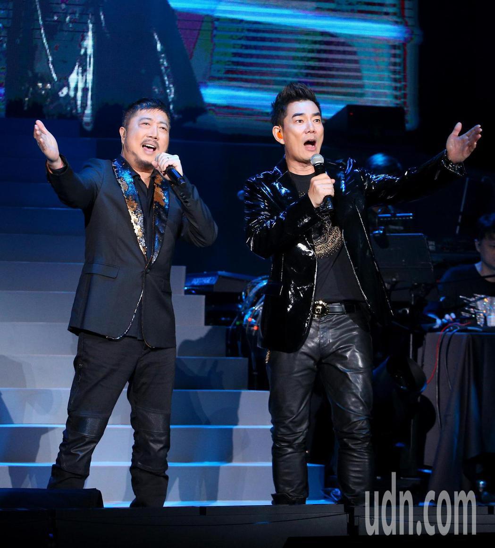 任賢齊(右)邀請到恩師小蟲(左)擔任演唱會嘉賓,合唱「愛江山更愛美人」。記者余承...