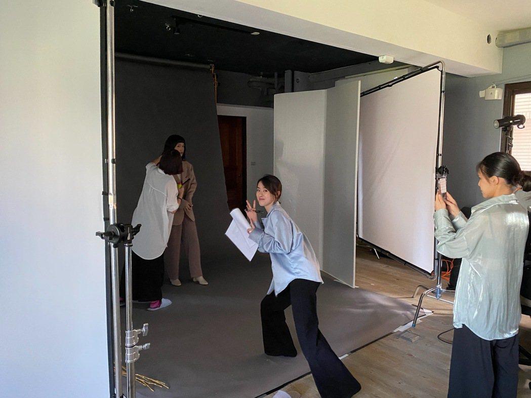邱偲琹將與朋友一起開創服飾副業。圖/周子娛樂提供