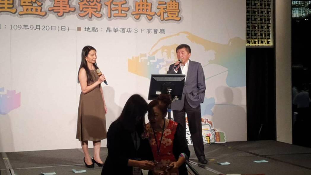 衛福部長陳時中與食藥署長吳秀梅合照情歌。記者楊雅棠/攝影