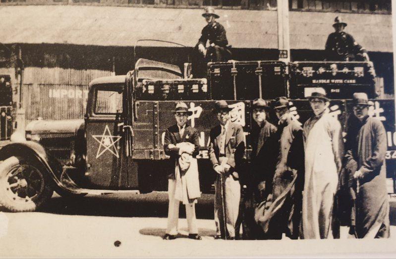 一九三六年故宮文物由倫敦返上海於碼頭留影。後方卡車的黑色鐵箱,是為赴英展覽特別訂製。圖/莊靈提供