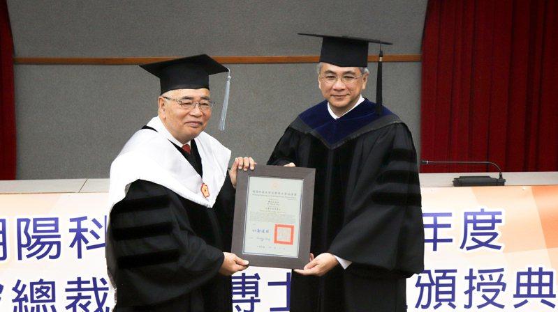 南良集團總裁蕭登波(左),昨獲朝陽科技大學校長鄭道明頒發名譽管理學博士學位。 圖/朝陽科技大學提供