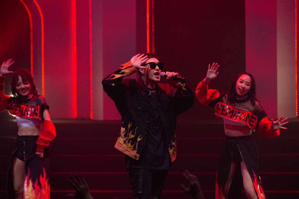 潘瑋柏(中)帶來精彩的唱跳演出。圖/華納音樂提供