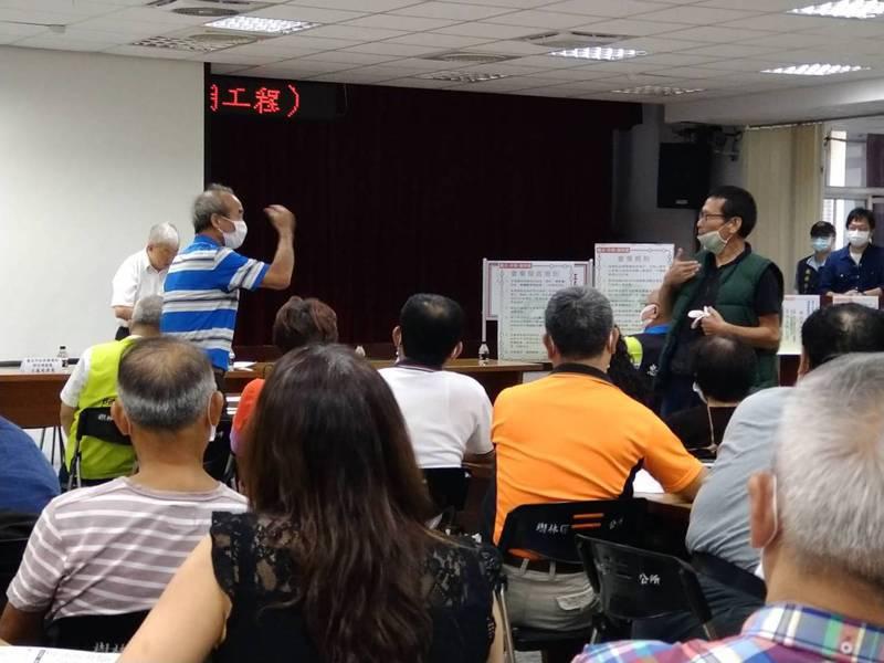 台北市捷運局日前在樹林區公所舉辦捷運萬大線說明會,反對民眾在現場大聲抗議。圖/聯合報系資料照片