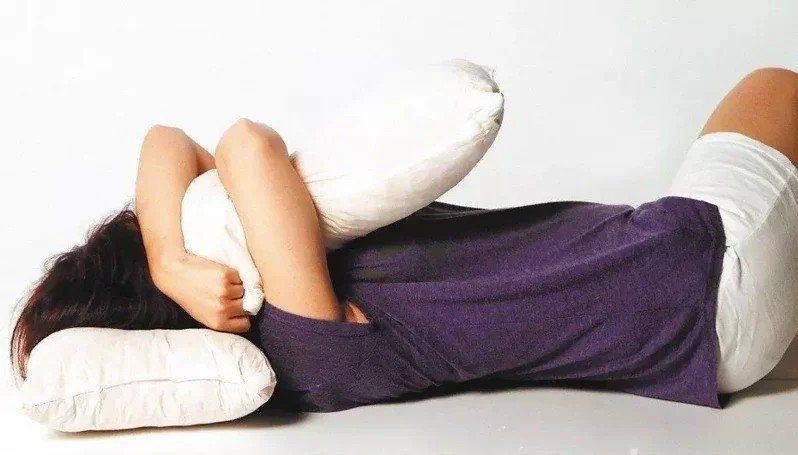 上班族工作壓力大,想上床休息卻睡不著,雙和醫院身心科醫師林佳霈建議,睡覺前30分...
