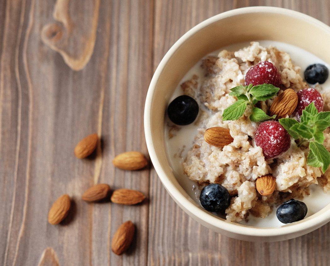 飲食控制可輔助降血脂及膽固醇。圖/123RF