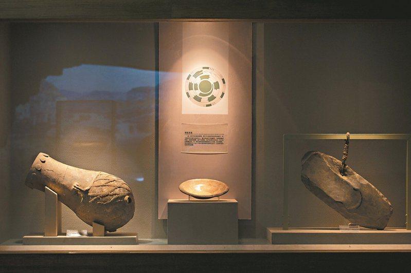 山西發現的陶寺遺址,距今有4千多年,為傳說時代的「唐堯」勾勒出較明晰的輪廓,展現中國早期國家形態的雛形。圖為陶寺遺址出土的土鼓、龍盤、特罄(左起)。 圖/本報山西太原傳真
