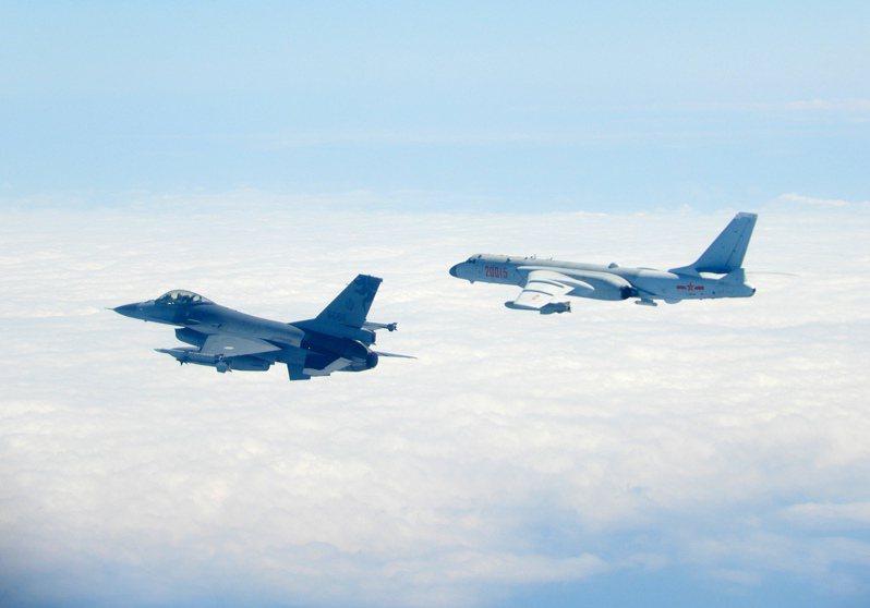 國防部將「第一擊」改稱為「行使自衛反擊權」,引發討論。圖為國軍F-16監控伴飛中共轟六機。圖/國防部提供