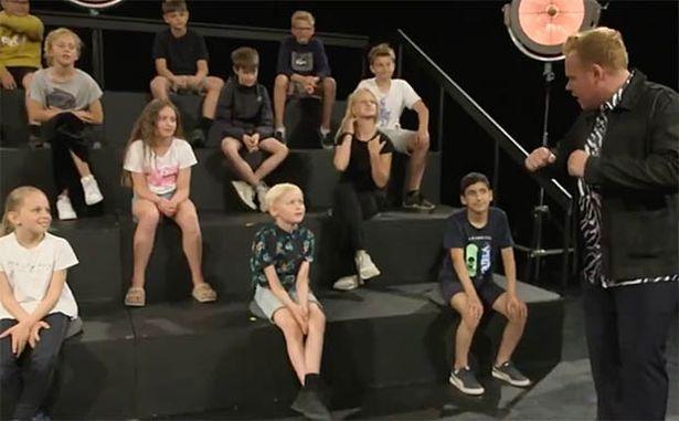 丹麥兒童節目邀請裸男裸女上節目,開放現場孩童提問好奇的問題。圖/取自YouTub