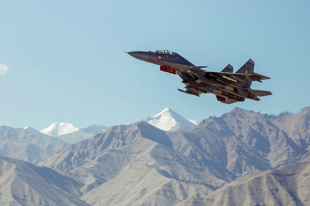 9月中旬,印度一架戰鬥機飛越拉達克列城上空。 圖/路透社