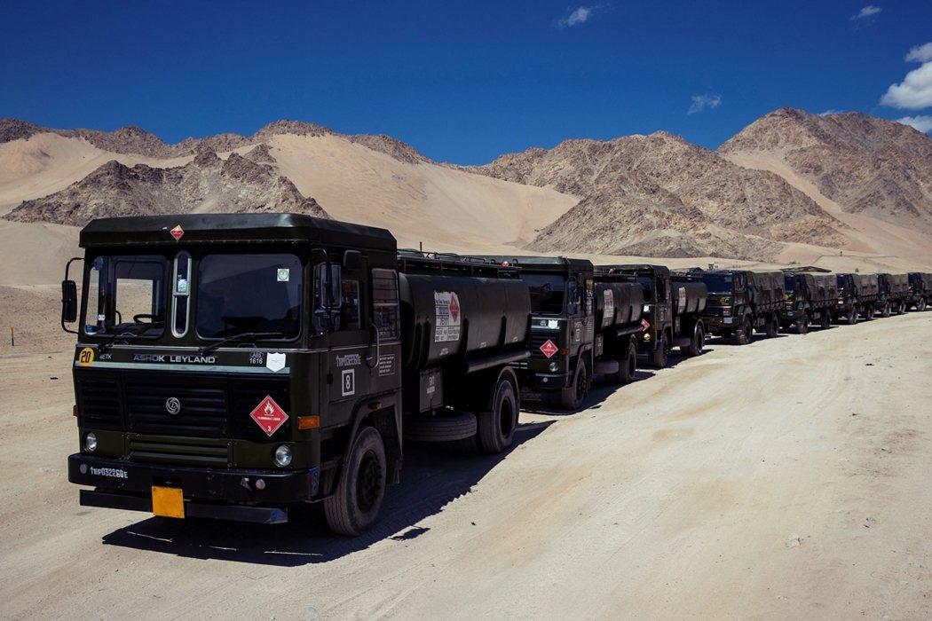 印度軍用卡車9月初運補物資,駛入拉達克地區。 圖/路透社