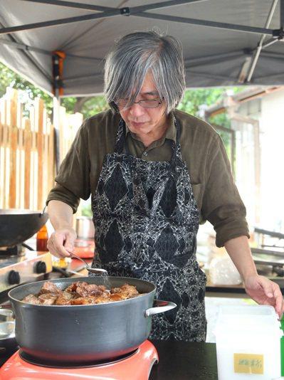 詹宏志復刻妻子的紅燒牛肉。記者林澔一/攝影