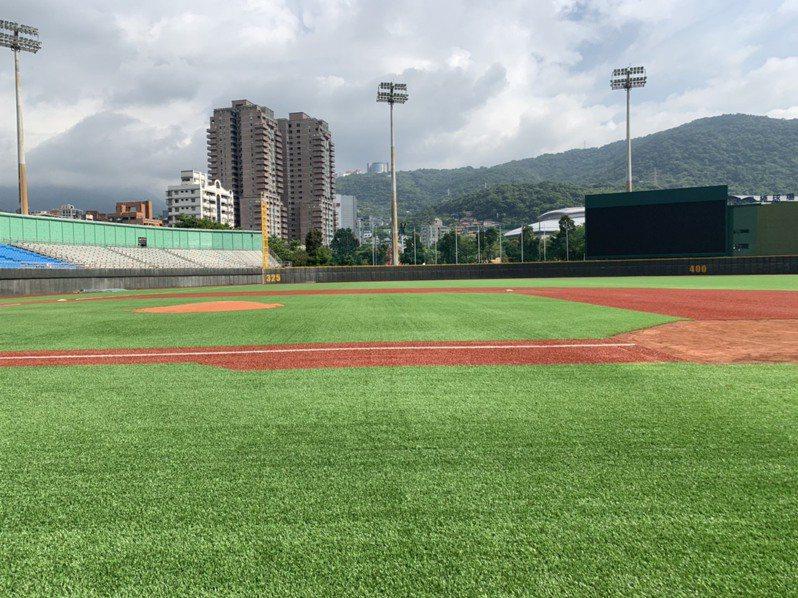 天母棒球場人工草皮啟用。 報系資料照