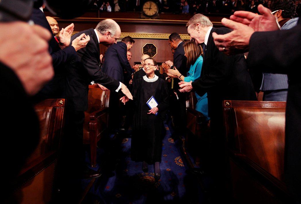 直到2009年與2010年,歐巴馬任命兩位女性法官之前,RBG都是老異男環繞的聯...