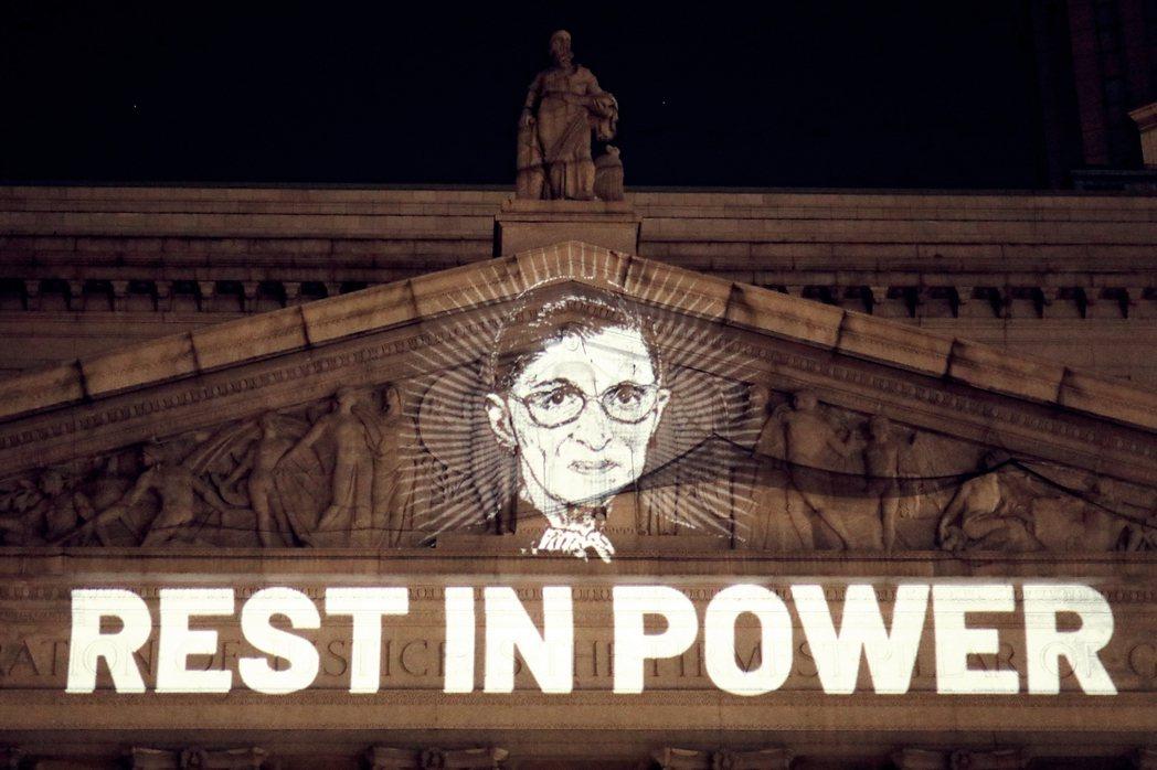 紐約州最高法院大樓上,投影打上了「Rest in power」的字句,致意告別R...