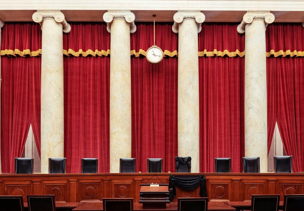 美國最高法院在RBG逝世後,旋即掛上黑色布條,以示對她的崇敬與不捨。 圖/路透社