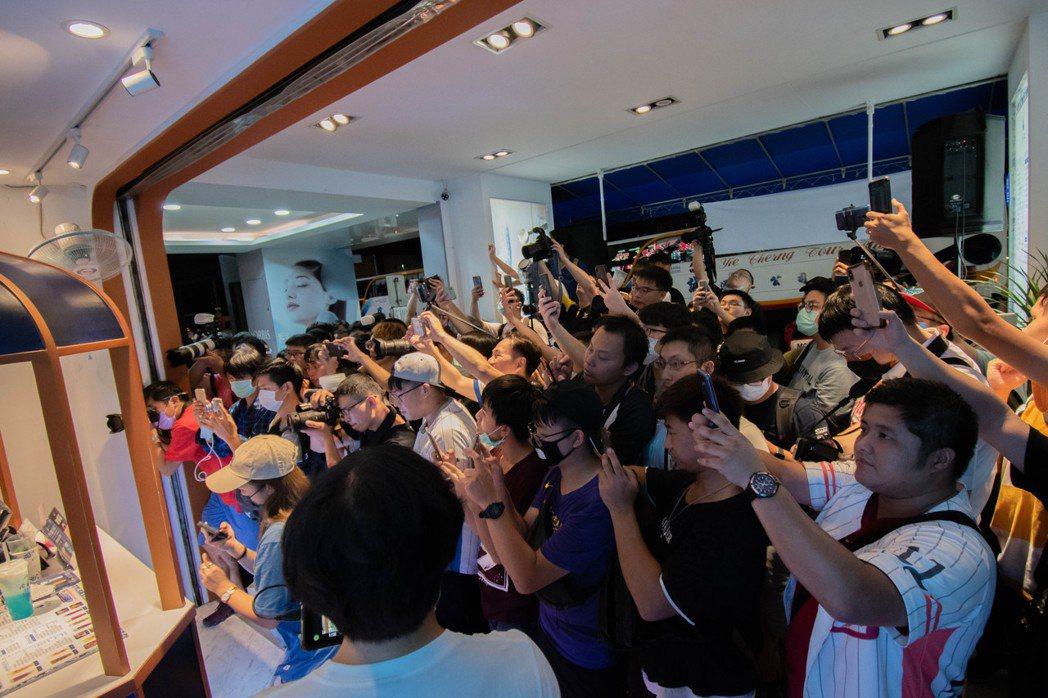 「青釉茶事」慶祝台北新莊店開幕,於一中店舉辦一日店長,現場人潮擠爆。