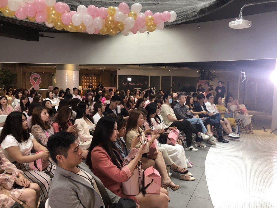 許多網美、團媽出席K.C WIN-WIN新品發表會。穿著粉色衣服,響應乳癌防治推...