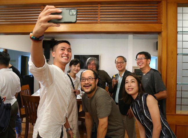 詹宏志(後右三)與朋友們開心相聚。記者林澔一/攝影