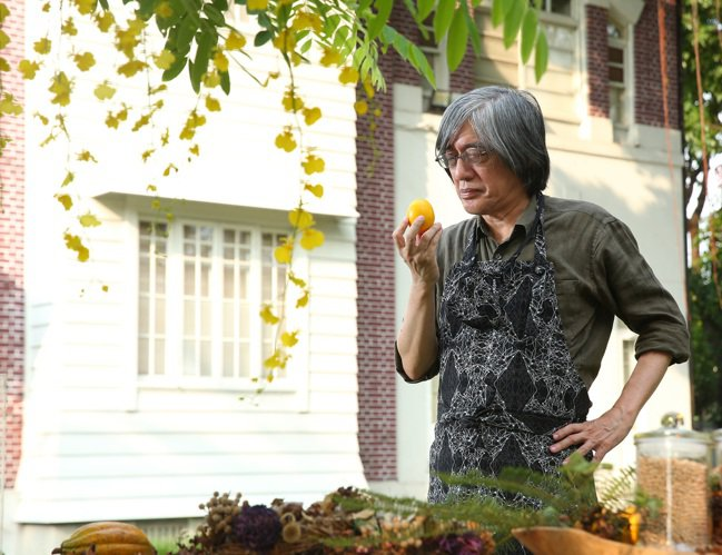 詹宏志的「一點點回憶、一點點流浪」的心境,製作妻子的料理。記者林澔一/攝影