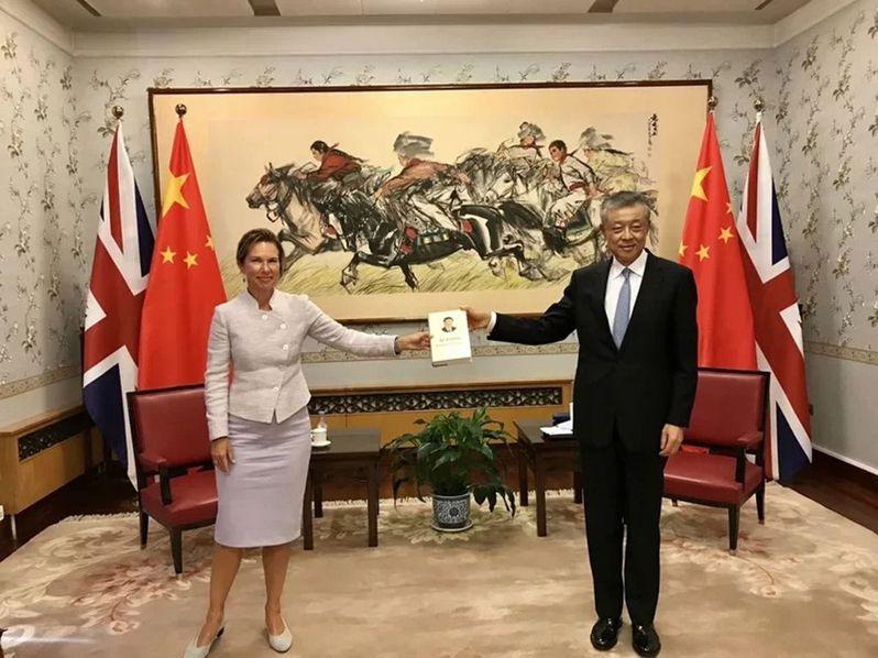 英國新任駐北京大使吳若蘭(左)16日在推特上貼出一張照片,是她當天在中國駐英使館與中國駐英大使劉曉明(右)合舉「習近平談治國理政」英文版的照片。(取材自吳若蘭推特)