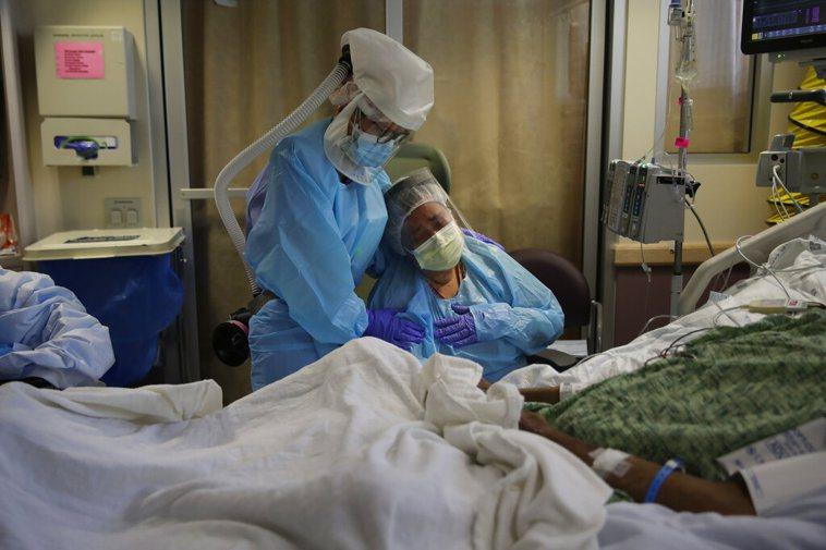 公衛專家擔心今秋入冬時分,新冠病毒感染與一般流感病毒,成為致命組合。 美聯社