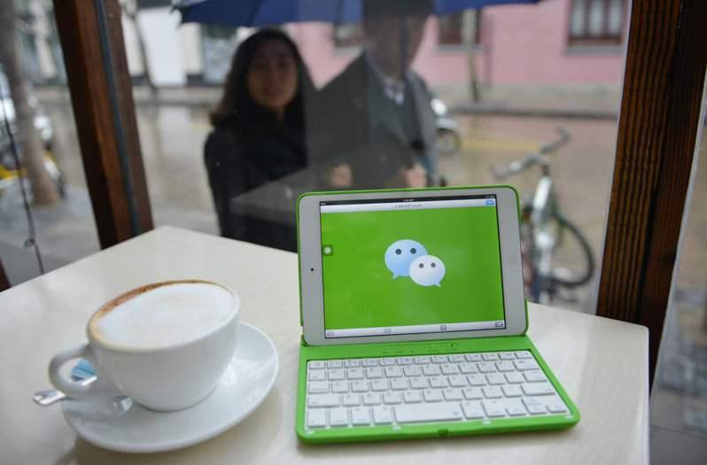 加州聯邦法官20日頒發臨時禁制令,暫時阻止川普政府不准美國公司經營微信下載及金融交易的行政命令。圖為在北京消費者使用微信交易購物。(美聯社)