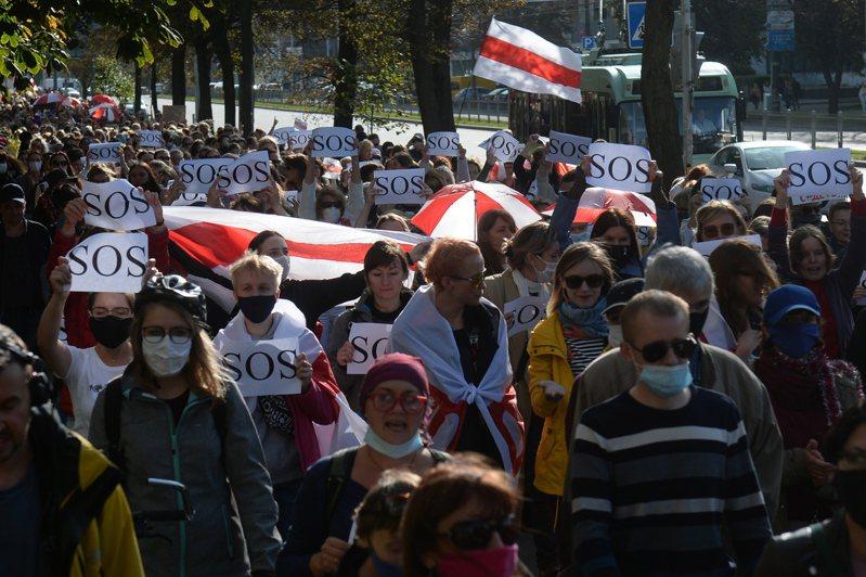 白俄羅斯首都明斯克今有逾10萬人上街抗議魯卡申柯。 歐新社