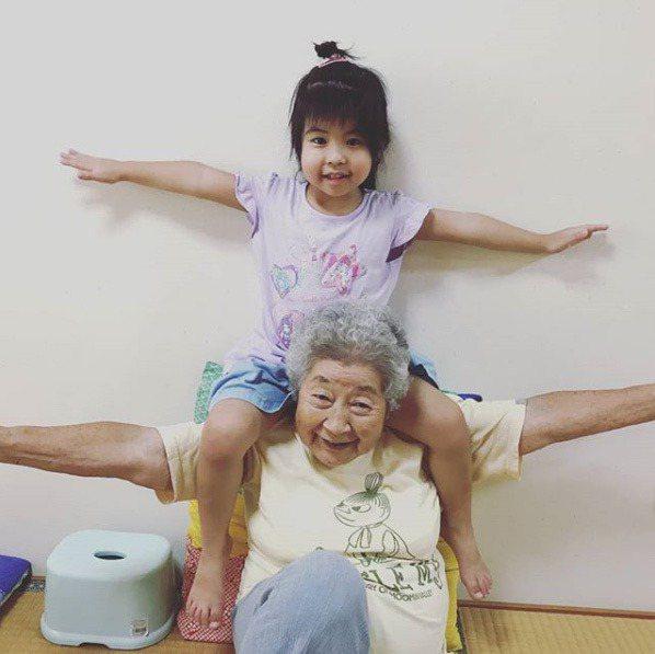 年紀相差逾80歲的沖繩祖孫兩人,去年開始拍攝影片當起YouTuber。 圖擷自I...