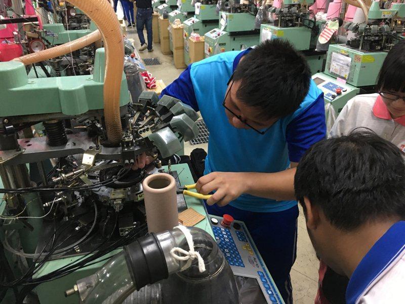 彰化縣達德商工結合在地織襪產業豐富資源開課,鼓勵新住民學生學習織襪機操作技術、維修等技能。(教育部提供) 中央社