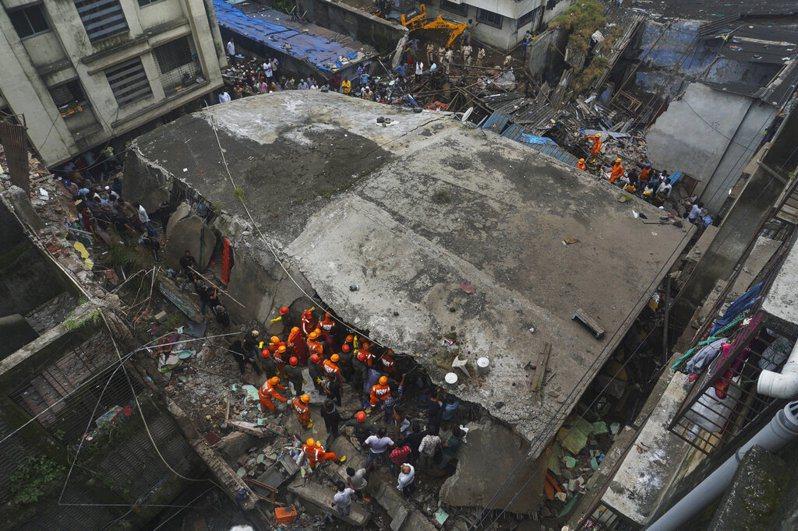 印度比萬迪市一棟3層樓住宅建築突然坍塌。 美聯社