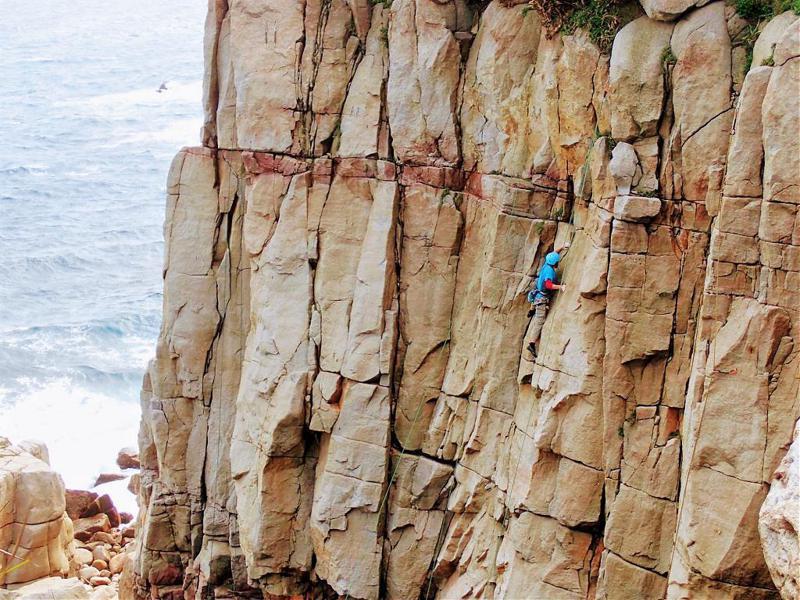 ▲東北角台灣冒險王玩法-龍洞攀岩。(圖/Tripbaa趣吧!達人帶路)