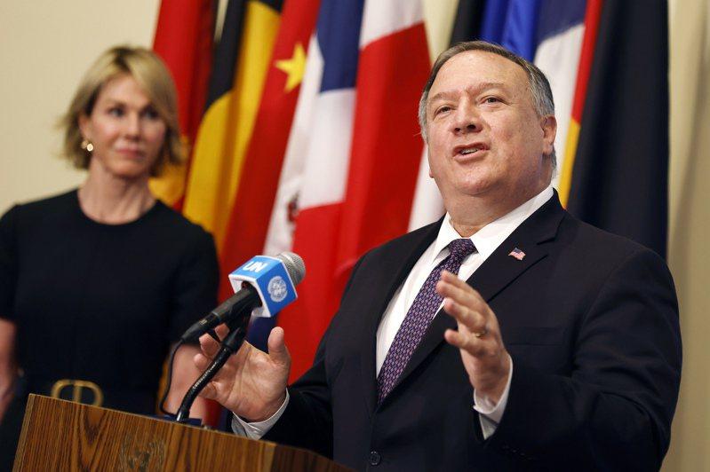 美國國務卿龐培歐(右)十九日片面宣布,恢復實施聯合國對伊朗的制裁。圖為他八月廿日在紐約聯合國總部與安理會成員國討論伊朗問題後,與美國駐聯合國大使克拉夫特(左)一起發表談話。(美聯社)