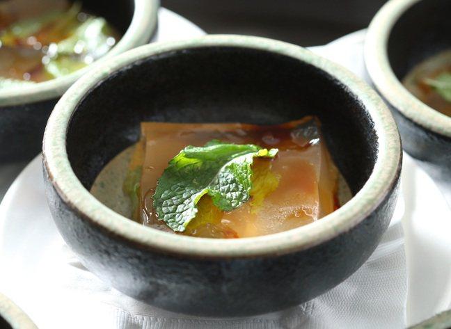 這道大武森雞湯蛤蠣凍,就是脫胎自王宣一原創的海膽香檳凍。記者林澔一/攝影