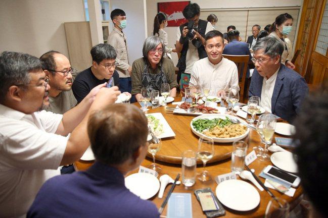 詹宏志(右三)與朋友們一起品嘗「宣一宴南國變奏曲」。記者林澔一/攝影