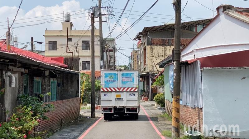 屏東縣輔具行動車穿梭在大街小巷,有些鄉鎮路幅較窄,都要特別小心。記者劉星君/攝影