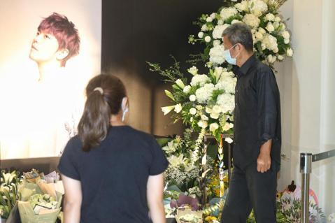 小鬼在台北龍巖民權會館設靈,小鬼爸爸上午駐足靈堂前,看著小鬼遺照沈思。