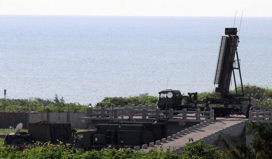 空軍在東沙島興建大型軍事設施,未來疑部署雷達或機動防空飛彈。圖為空軍AN /TP...