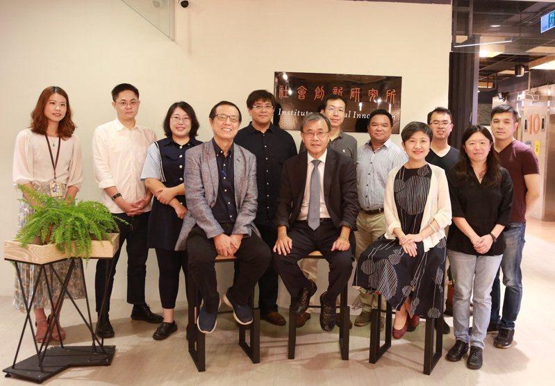 中山大學109學年度新設「社會創新研究所」,今天揭牌成立。圖/中山大學提供