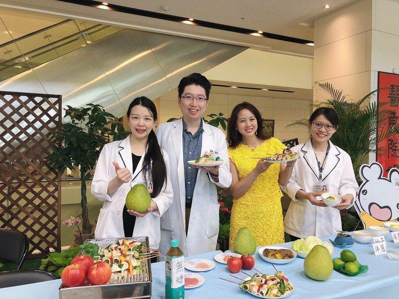 中秋節將至,中醫大新竹附醫家醫科主任胡松林(左二)及營養師黃琳惠(左一)提醒民眾,享受美食同時也要吃得健康。記者陳斯穎/攝影