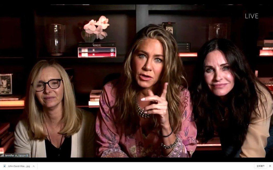 「六人行」的3位女主角麗莎庫卓(左起)、珍妮佛安妮斯頓以及蔻妮考克斯為艾美獎頒獎