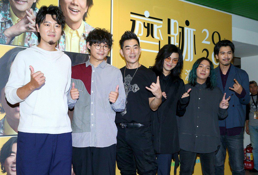 任賢齊(左三)很照顧麋先生。記者余承翰/攝影