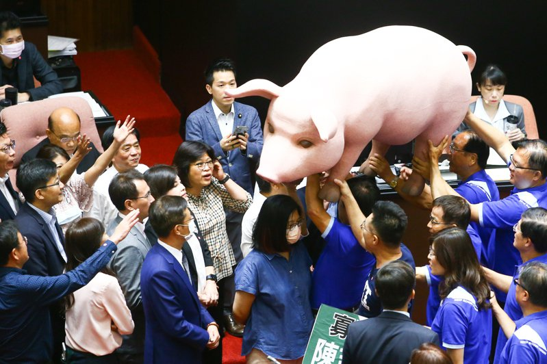 立法院新會期開議,美豬議題成為朝野攻防的焦點,國民黨團帶了一隻道具豬進場,要送給行政院長蘇貞昌呼籲其要顧及台灣豬農的權益與人民的健康。圖/聯合報系資料照片