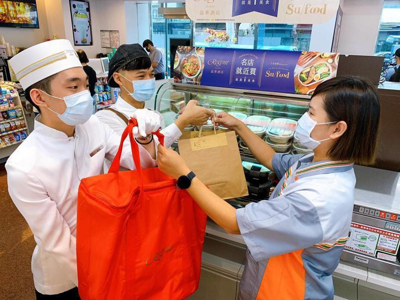 餐廳業者透過系統通知,前一日接單、準備食材,當日現做新鮮菜色,再送到7-ELEVEN門市。 圖/統一超提供